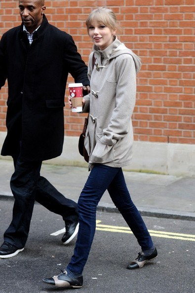 taylor swift drinking starbucks coffee